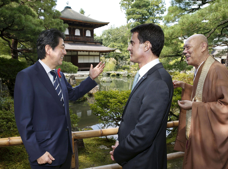 Le Premier ministre français Manuel Valls (d.) en compagnie de son homologue japonais Shinzo Abe, à Kyoto, le 4 octobre 2015.