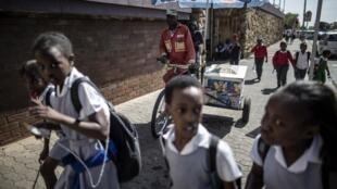Des écoliers sur le chemin de l'école en Afrique du Sud (photo d'illustration).