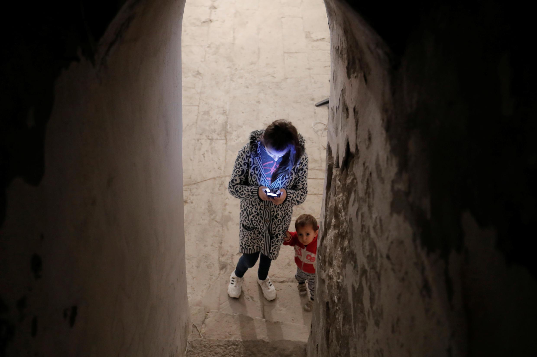 Дети прячутся в подвале собора Сурб Аменапркич Казанчецоц в городе Шуша, Нагорный Карабах. 8 октября 2020 г.