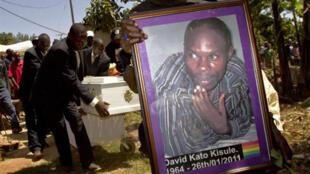 David Kato était un militant pour les droits des homosexuels ougandais. Il a été assassiné le 26 janvier 2011. Certains tabloïds dans le pays appellent  à «pendre» les homosexuels.