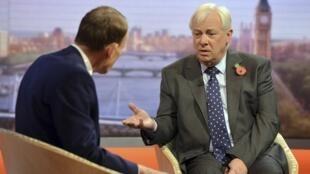 Ông Chris Patten, giám đốc ban quản trị BBC (phải) trả lời về vụ ông George Entwistle từ chức 11/11/2012 (REUTERS)