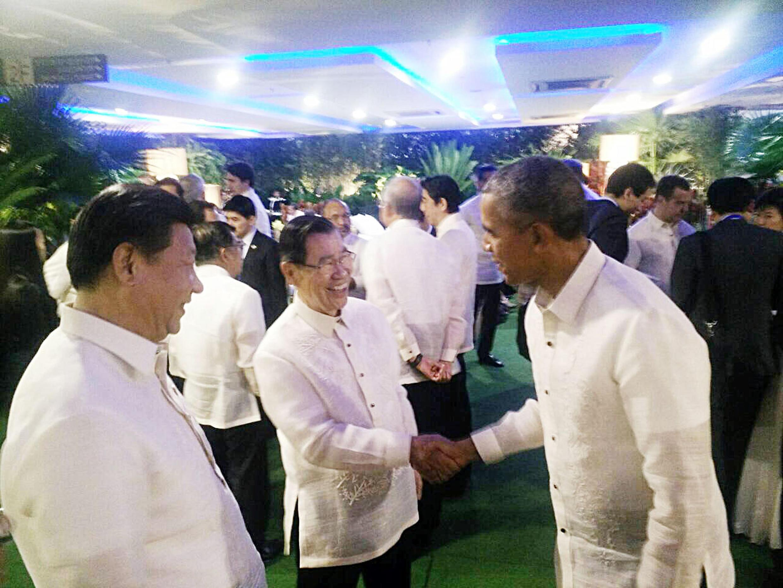 前副總統蕭萬長(前中)18日出席馬尼拉亞太經濟合作會議(APEC)晚宴,與美國總統歐巴馬(前右)及中國大陸國家主席習近平(前左)三人握手寒暄。