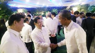 前副总统萧万长(前中)18日出席马尼拉亚太经济合作会议(APEC)晚宴,与美国总统欧巴马(前右)及中国大陆国家主席习近平(前左)三人握手寒暄。