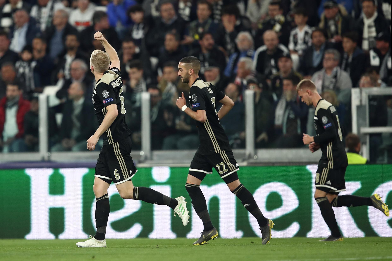 Donny van de Beek (g) célèbre son but face à la Juventus Turin, le 16 avril 2019.