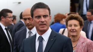 Le Premier ministre français Manuel Valls accueilli par l'ambassadeur de France en Nouvelle-Zélande Florence Jeanblanc-Risler, à son arrivée à Auckland, le 1er mai 2016.