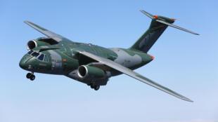 L'avion cargo militaire KC-390 débute ses essais en vol au Brésil.