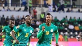 Le Sénégalais Sadio Mané (c) après avoir ouvert le score sur penalty, face à la Tunisie à Libreville, le 15 janvier 2017.