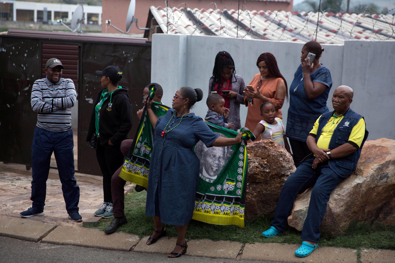 Baadhi ya watu waliojumuika mbele ya makazi ya Winnie Mandela mjini Soweto, Afrika kusini April 03 2018.