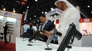 Des visiteurs dans les allées du salon IDEX, à Abu Dhabi le 18 février 2013.