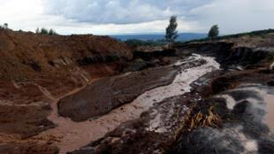 La rupture du barrage Patel, dans la ville de Solai, a provoqué l'écoulement meurtrier d'eaux boueuses, emportant de nombreuses maisons et leurs habitants au Kenya.