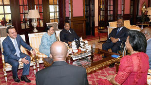 Le président du Gabon, Ali Bongo, entouré de son Premier ministre, Julien Nkoghe Bekale et de la présidente du Sénat, Lucie Milebou Aubusson, à Libreville, Gabon, le 15 janvier 2019.