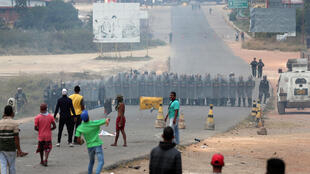 مردم در حال پرتاب سنگ به سوی سربازان گارد ملی ونزوئلا. عکس از Pacaraima ، شهر مرزی برزیل با ونزوئلا گرفته شده است.