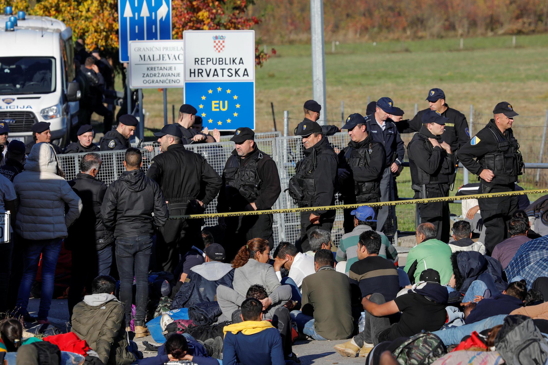 Cảnh sát phong tỏa biên giới Bosnia và Croatia, ngăn chặn di dân vượt biên sang Croatia, ngày 24/10/2018.