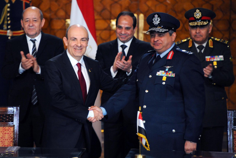 Chủ tịch tập đoàn Dassault Eric Trappier và tướng Montasser ký kết hợp đồng bán Rafale với sự hiện diện của Tổng thống Ai Cập al-Sisi và Bộ trưởng Quốc phòng Pháp Jean-Yves Le Drian - REUTERS