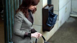 La ex presidenta de Argentina, Cristina Fernández de Kirchner abandona el Palacio de Justicia de Buenos Aires. 13 de agosto de 2018.