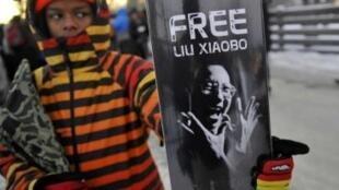 12月9日,一名年輕人舉着支持劉曉波的牌子站在中國駐奧斯陸大使館門前。