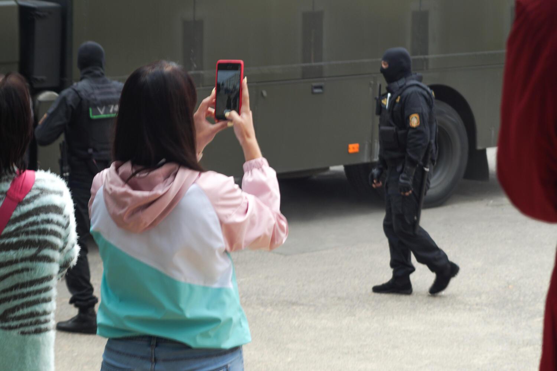 Омоновцы в балаклавах возле Минского изолятора в переулке Окрестина 12 августа 2020.