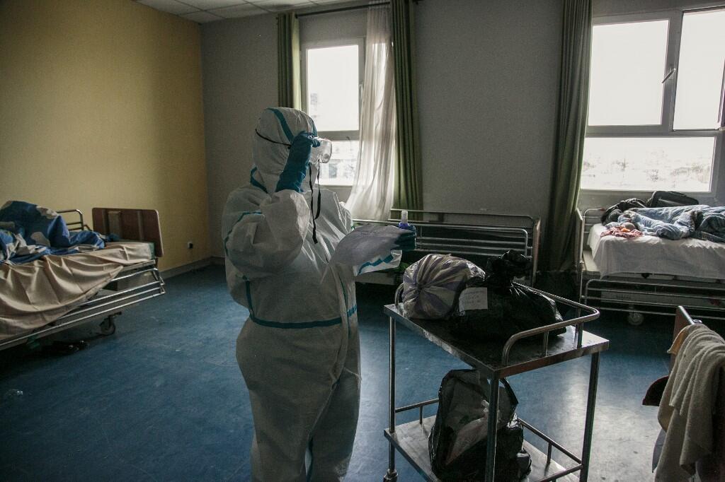 Un agent de santé distribue des colis envoyés par des proches de patients gravement infectés par le coronavirus à l'hôpital universitaire d'Andohatapenaka à Antananarivo, le 20 juillet 2020 (image d'illustration).