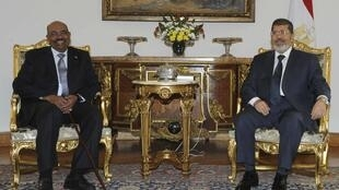 Egyptian President Mohammed Morsi (R) meets with Sudanese Omar al-Bashir at the Presidential Palace in Cairo, 16 September, 2012
