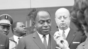 Le président ivoirien, Felix Houphouët Boigny, sous le regard de Jacques Foccart. 30 mars 1969.