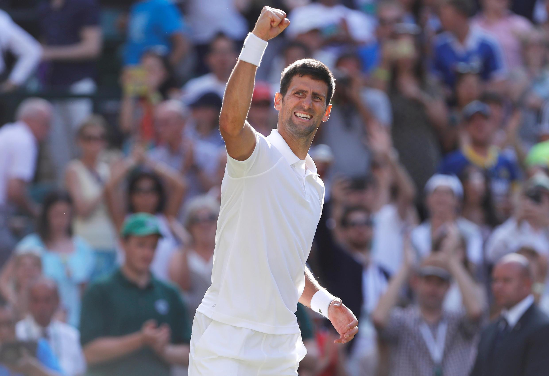 O sérvio Novak Djokovic comemora vitória contra Ernests Gulbis deste sábado (8) em Wimbledon.