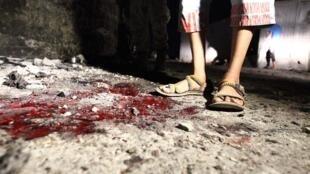Un jeune homme se tient sur les lieux d'un double attentat suicide qui a tué 4 soldats sur une base militaire à Benghazi, le 22 juillet.