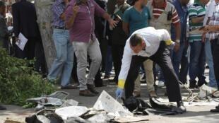 Au Caire, la police travaille sur le terrain d'un attentat à la bombe contre des blindés de l'armée près de la ville d'el-Arich dans le nord du Sinaï, le 21 septembre 2014.