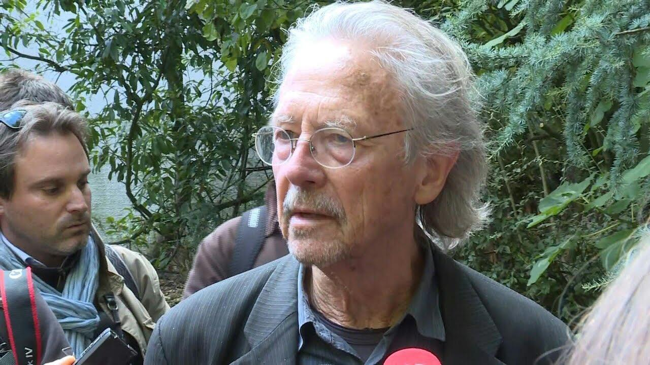 Peter Handke  لحظاتی پس از شنیدن اعلام جایزه نوبل ادبیات که به وی تعلق گرفت
