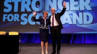 A Primeira - ministra escocesa, Nicola Sturgeon, e o Vice -Primeiro - ministro John Swinney na abertura do Congresso do SNP em Aberdeen, a 17 de Março