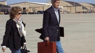 John Kerry et son épouse Teresa Heinz Kerry partent pour une tournée internationale. Première embarquement pour Istanbul, le 7 avril 2013.