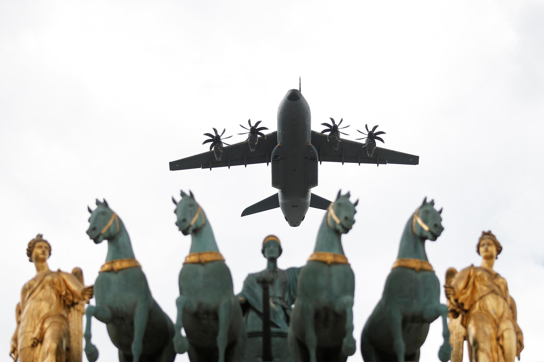 Военная авиация над Триумфальной аркой на площади Каррузель в Париже во время репетиции парада, 11 июля 2019.