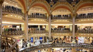 法国巴黎著名的老佛爷百货公司内景。