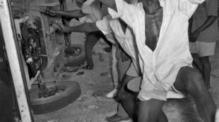 Des Congolais mettent le feu à une voiture pour protester contre la colonisation de leur pays, en 1959, un an avant la déclaration d'indépendance du Congo.
