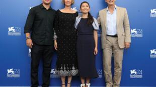 """Đạo diễn Alexander Payne (P) cùng các diễn viên  Matt Damon (T), Kristen Wiig và Hồng Châu trong phim """"Downsizing"""" ngày 30/08/2017"""