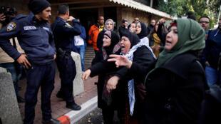زنان فلسطینی در بیتالمقدس به سربازان اسرائیلی اعتراض میکنند