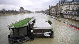 Chuvas em fevereiro de 2013 elevaram o nível das águas no Rio Sena e alertaram as autoridades francesas.
