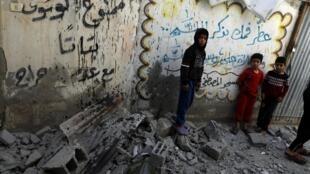 Crianças palestinas nas ruínas de uma mesquita de Gaza bombardeada neste domingo (5) por Israel.