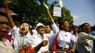 Des centaines de ses partisans appartenant à la Ligue nationale pour la démocratie (LND), attendent, massés devant sa maison, la libération d'Aung San Suu Kyi, 13 novembre 2010.