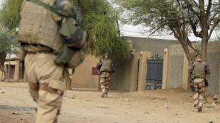Des militaires français patrouillent à pied dans la ville de Kidal, au nord du Mali.