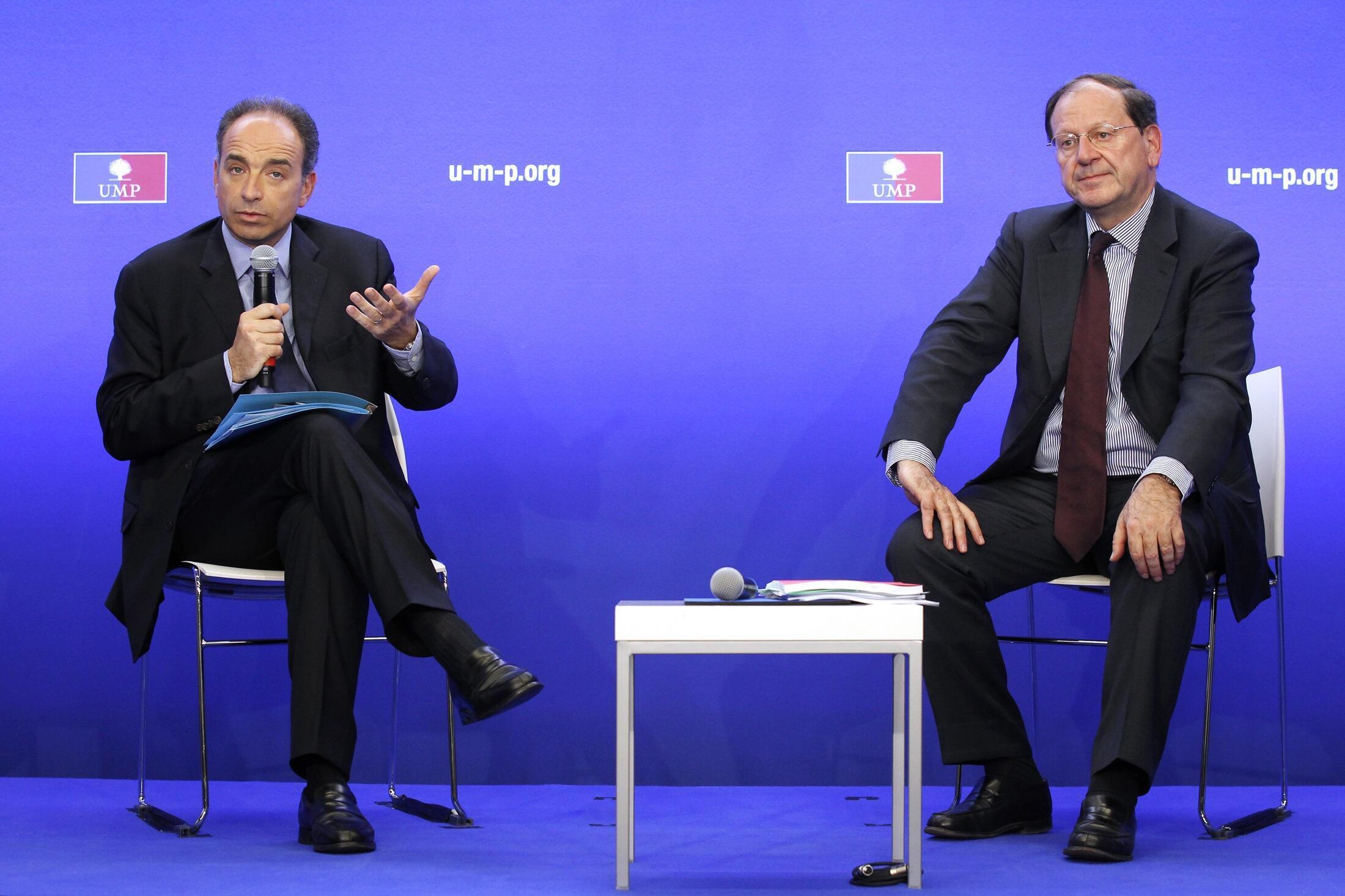 Líderes do UMP Jean-François Copé e Hervé Novelli falam à imprensa após a reunião de 10 de maio