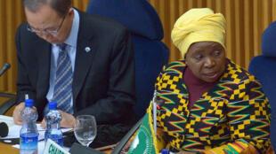 Mwenyekiti wa tume ya Umoja wa Afrika UA, Nkosazana Dlamini-Zuma, pembeni yake ni Katibu Mkuu wa Umoja wa mataifa Ban Ki-moon, January 29 2016 mjini Addis-Abeba.
