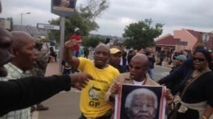 Los habitantes de Soweto, en Johanesburgo, rinden homenaje a Mandela, 6 de diciembre de 2013.