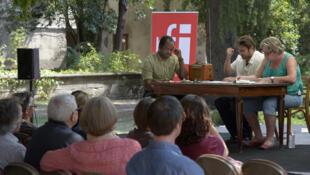 Les comédiens Moanda Daddy Kamono, Richard Sammut et Annie Mercier face au public lors de la lecture de «Et les moustiques sont des fruits à pépins» de Fiston Nasser Mwanza.