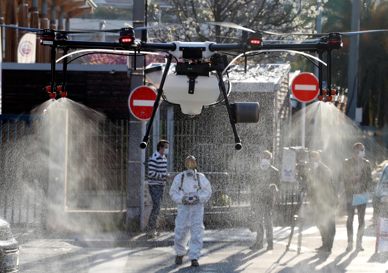 Thành phố Cannes miền nam nước Pháp dùng drone phun thuốc khử trùng chống virus corona ngày 10/04/2020.