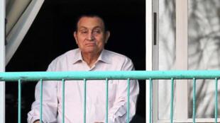 O ex-presidente Hosni Moubarak fotografado a 6 de Outubro de 2016 na janela do hospital militar Meadi no Cairo.