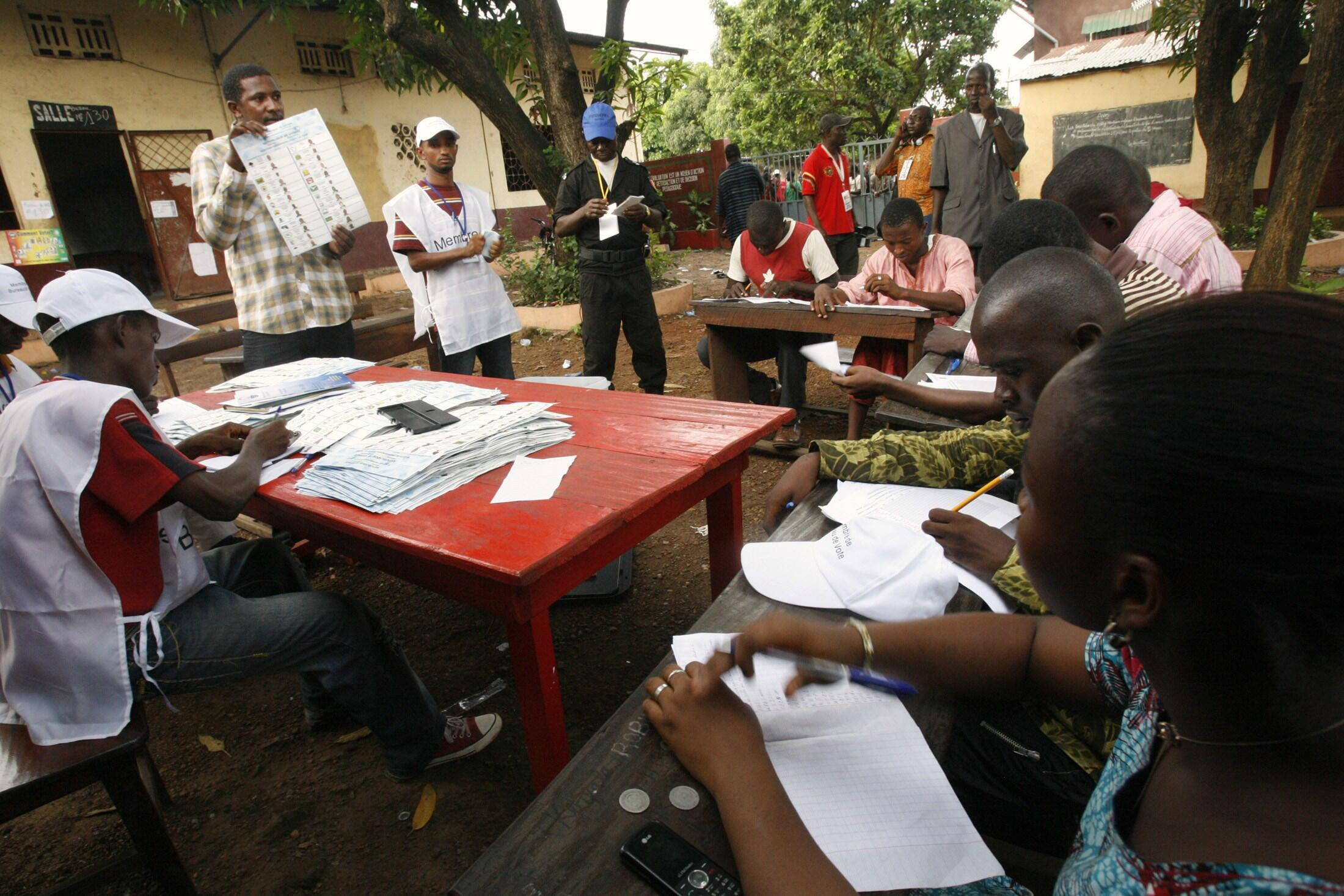 Counting votes in Conakry