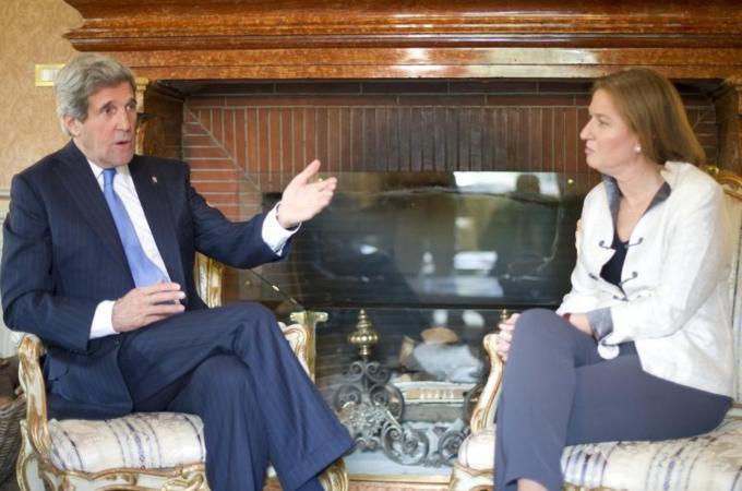 O secretário de Estado John Kerry conversa com a ministra israelense da Justiça, Tzipi Livni, nesta quarta-feira, 8 de maio de 2013, em Roma.