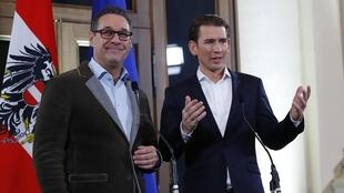 O líder do FPÖ, Heinz-Christian Strache (à esquerda) e Sebastian Kurz (à direita) durante a conferência de imprensa anunciando a formação do novo Governo.