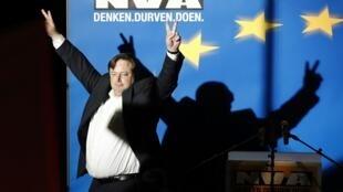 Bart de Wever, líder da Nova Aliança Flamenga, comemora a vitória nas eleições legislativas da  Bélgica.