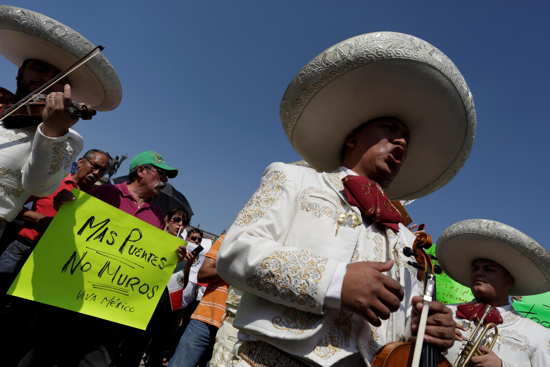 Des mariachi participent à l'une des manifestations contre Donald Trump et Enrique Peña Nieto à Monterrey, au Mexique, le 12 février 2017.